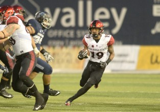 LOGAN, UT - OCTOBER 28: San Diego State Aztecs running back Donnel Pumphrey (19) runs while his offensive line blocks during an NCAA football game between the San Diego State Aztecs and the Utah State Aggies on October 28, 2016, at Maverik Stadium in Logan, Utah. San Diego State defeated Utah State 40-13. (Photo by Boyd Ivey/Icon Sportswire).